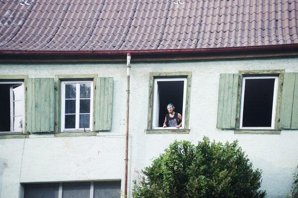 Joshi am Fenster