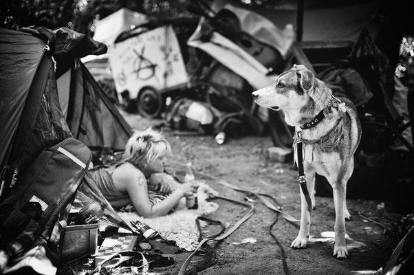 Nana vor ihrem Zelt, Tabu