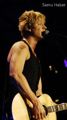 Samu Haber - Samu Aleksi Haber ist ein finnischer Sänger, Gitarrist und Songwriter. Er ist der Frontmann der finnischen Rockband Sunrise Avenue.