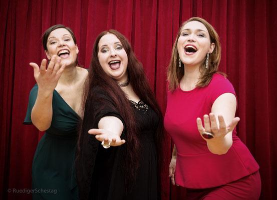 Laia Genc, Sabine Kuehlich & Anne Czichowsky - photo by Ruediger Schestag