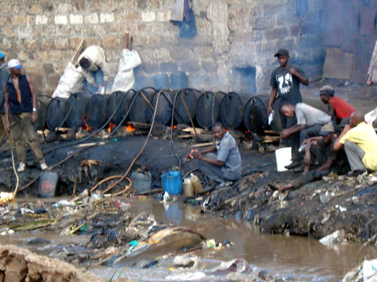 "Fabbrica illegale di ""chang'aa"" a Mathare (Nairobi)"