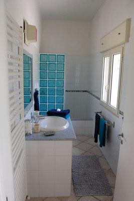 mediterranes Bad mit Marmorwaschtisch