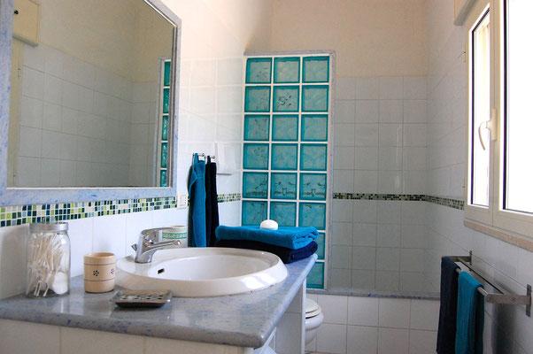 Handtücher liegen im Bad bereit