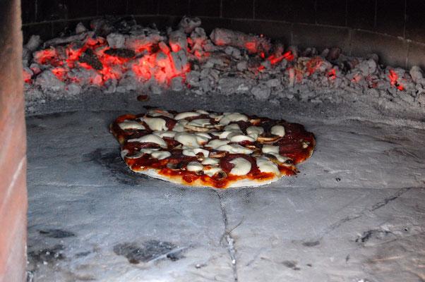 Pizza aus dem italienischen Pizzaofen