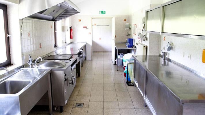 Die (Groß-)Küche befindet sich auch im Erdgeschoss des Freizeitheims. Bestens ausgestattet kann man dort die Köstlichkeiten zubereiten um die Gruppe bei Laune zu halten.
