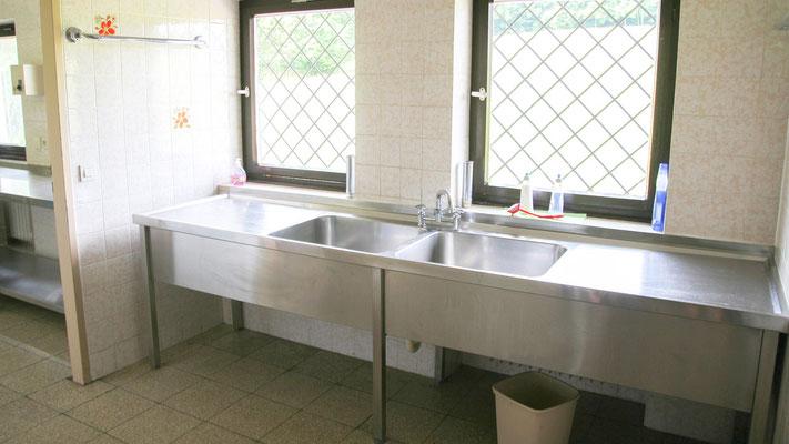 Die Spülküche verbindet die Küche mit dem Speisesaal. Dort kann man nach den Malzeiten gemeinsam spülen. Denn gemeinsames Spülen ist oft sehr spaßig und gruppendynamisch wertvoll :)