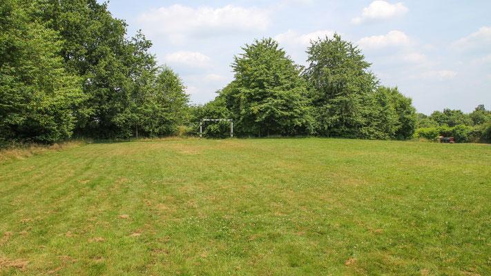 Neben Wald und Wiese, die für Aktionen im Freien rund um das Freizeitheim zur Genüge zur Verfügung stehen, befindet sich direkt neben dem Haus ein kleiner Bolzplatz mit Fussball-Toren.