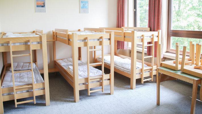 Im Erdgeschoss befinden sich drei der vier 8ter-Zimmer mit je vier Doppelstockbetten. Das vierte 8er-Zimmer befindet sich im Keller. In allen Zimmern befindet sich neben den Betten auch genug Stauraum in Schränken und ein Waschbecken für's Zä