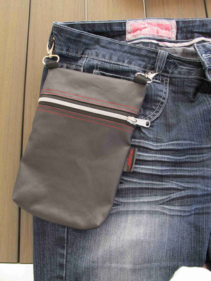 FLUGI Reisetasche mit Karabiner, befestigt an den Gurtschlaufen manudesign®