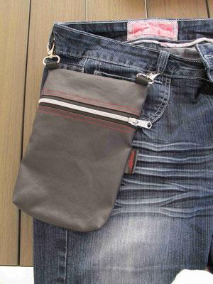 FLUGI Reisetasche mit Karabiner an den Gurtschlaufen befestigen. Ab ins Konzert, Flugreise, Spaziergang  by manudesign®