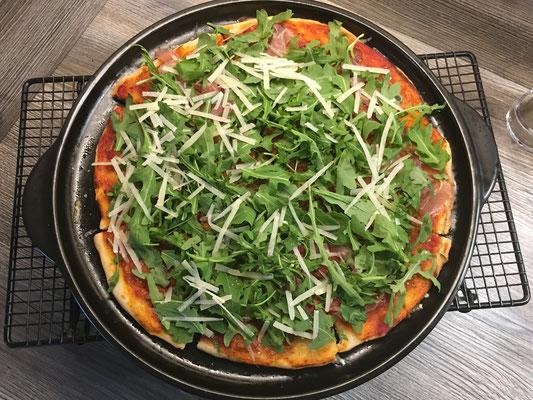 Rucola-Parmesan-Pizza vom Rockcrok Grillstein