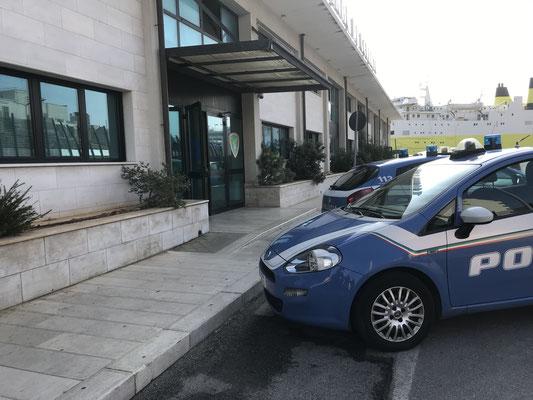 """die Küstenwache hat ihre """"italienische Schnelligkeit"""" zur Schau gestellt / showing off the """"quick""""  italian's police work at check in"""