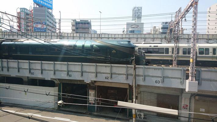 遊びながら本物の電車を展望できます。