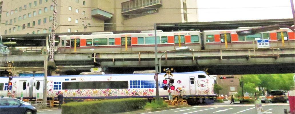 福島駅の踏切で、JR環状線、「はるか」、「パンダくろしお」などが見えます。