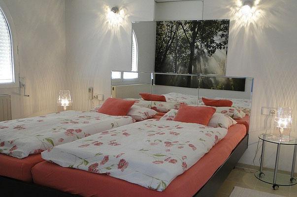 Schlafzimmer mit neuen Wandlampen