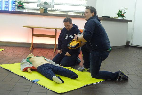"""So funktioniert der Defibrilator."" (Foto: Dorit Hartz)"