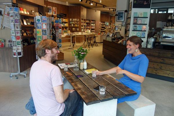 """Maria-Christina Piwowarski mit Paul Jonczyk von CO-WC in """"ocelot, not just another bookstore"""""""