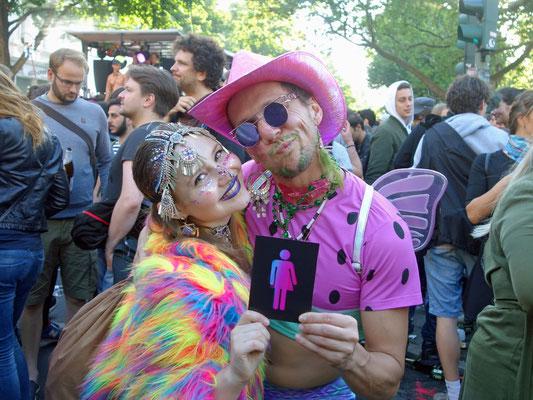 Verkleidete Besucher mit CO-WC Zeichen auf Karneval der Kulturen