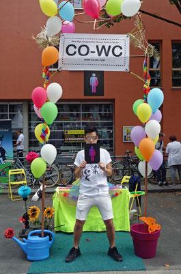 Junger Mensch mit CO-WC auf dem Lesbisch-schwulen Stadtfest Berlin
