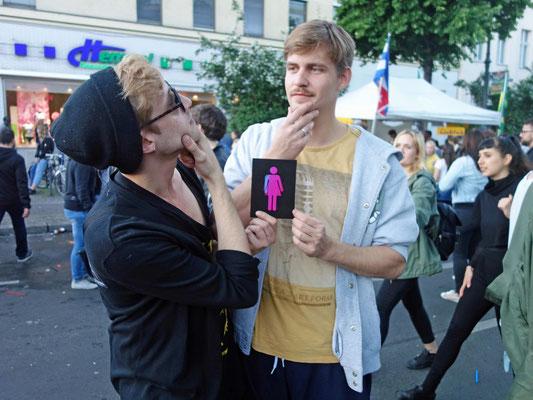 2 Menschen mit CO-WC Zeichen auf dem Karneval der Kulturen