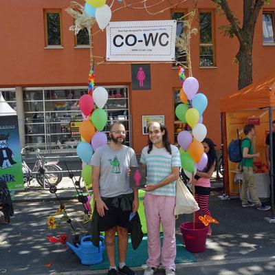 Besucher mit CO-WC auf dem Lesbisch-schwulen Stadtfest in Berlin