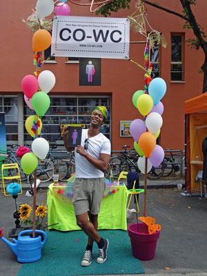 Besucher mit CO-WC Zeichen auf dem Lesbisch-schwulen Stadtfest