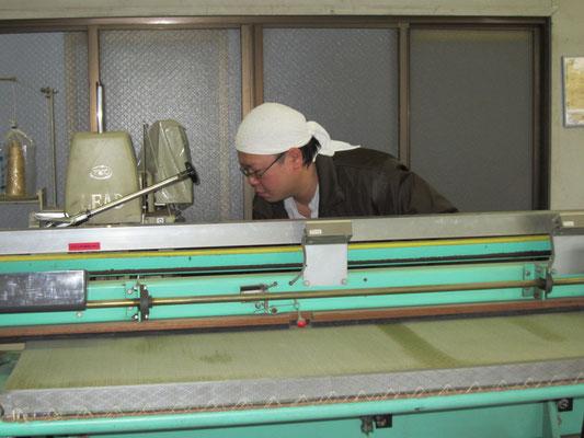畳にへりをつける機械