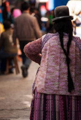 Eine traditionell gekleidete Frau I Bolivien