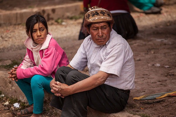 Vater und Tochter warten zusammen I Peru