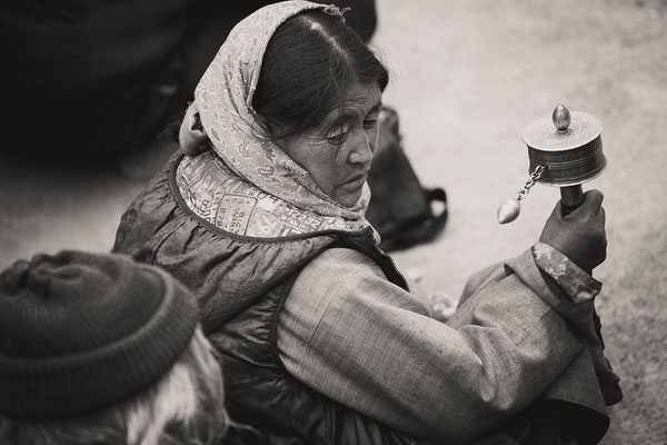 Eine Frau mit Gebetsmühle I Ladakh