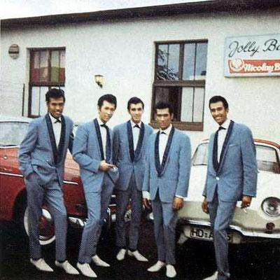 """Indo-Rock Band """"The Tielman Brothers"""" vor der legendären Hanauer """"Jolly-Bar"""" (Leipziger Straße)"""