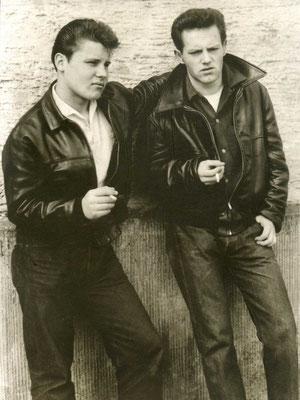 Der Hanauer Autor, Maler & Rock-Veteran Helmut Wenske (rechts) mit einem Kumpel in den 50s