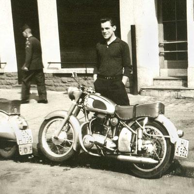 Hanauer Halbstarker mit seinem Motorrad
