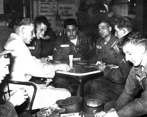 Amerikanische GIs in unbekannter Hanauer Bar