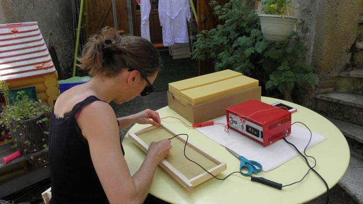 En parallèle, on gaufre les cadres des nouvelles ruches