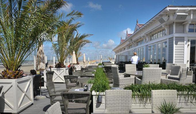 Große Terrasse einer Beachbar