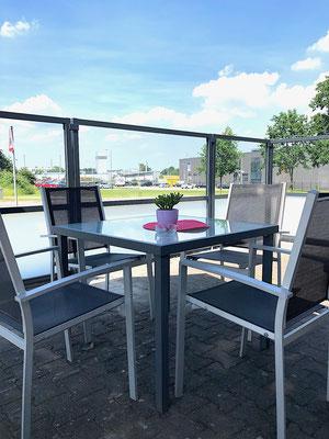 Terrasse in der Gastronomie mit Windschutz