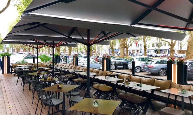 Gastronomie Terrasse  mit Windschutz und Schirmen