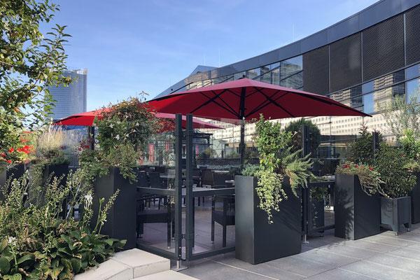 Windschutz und Sonnenschirm auf einer Gastronomie Terrasse