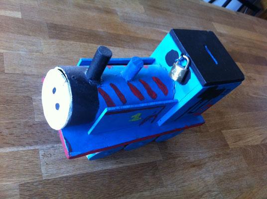 Holzlokomotive als Kässeli (Sparschwein)