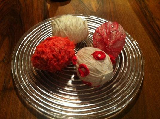 Wolleier. Mit Papiermache und alter Wolle über Ballone binden. Trocknen lassen.