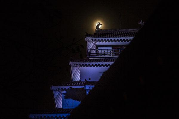 満月と若松城(荒城の月の碑)