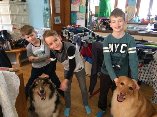 Die Jungs wollten genau in diesem Moment, an Ort und Stelle (mit Wäscheständer im Hintergrund), ein Foto von ihnen und den Hunden gemacht haben (Samstag, 24. März 2018)