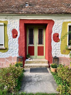 Das Eingangstor zum AYURVEDA RHYNER Hof, von Irene Rhyner liebevoll bemalt