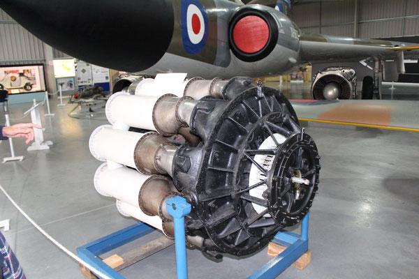 Ein Nachbau des von Frank Whittle entworfenen Triebwerks mit Radialverdichter, welches dann für Rolls-Royce zum berühmten Nene-Triebwerk weiterentwickelt wurde.