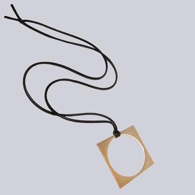 Eine wunderschöne, goldfarbene/schwarze Halskette mit einem tollen, quadratischen Metall-Emblem. My-Levanjo Design.