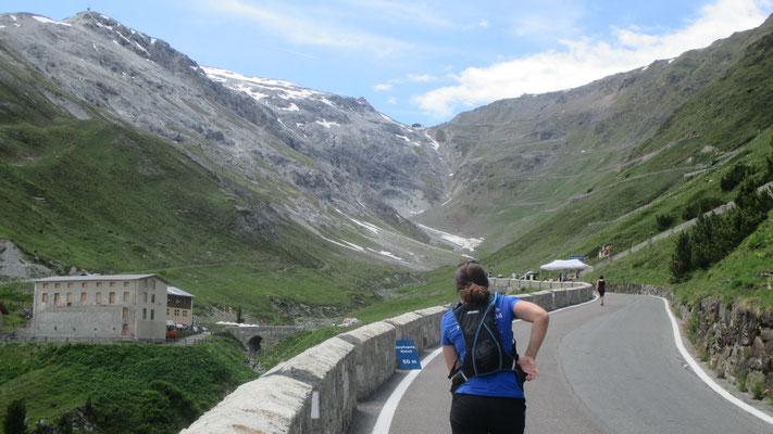 Zielblick: dazwischen liegen noch sieben Kilometer, 600 Höhenmeter und 24 Kehren! (Foto Susi Schubert)