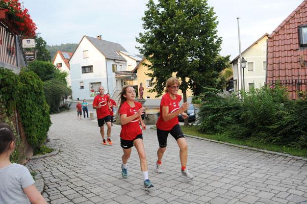Julia Bauer - unser jüngste Teilnehmerin im Ziel mit Claudia Russs