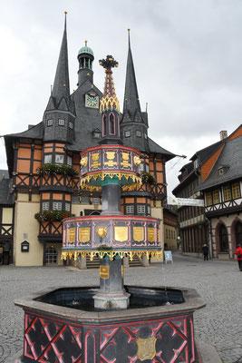 Rathaus mit dem Wohltäterbrunnen