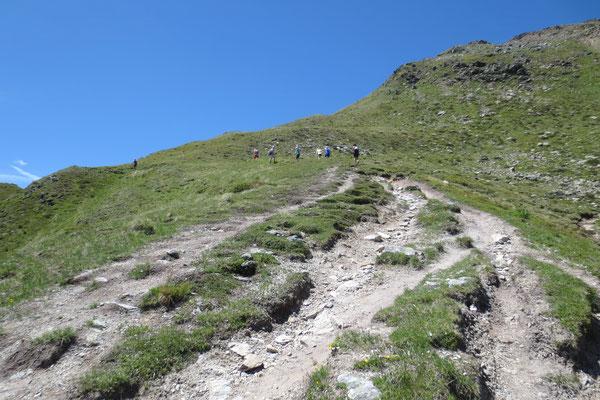 Steiler Gebirgspfad führt hinauf